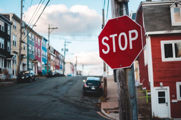 Stoppschild vor der Straße, Lebensweg, Universum, Wegweiser